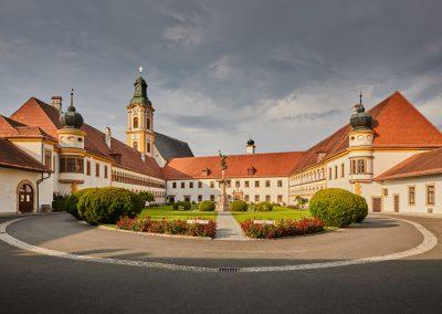 Stift Reichersberg Innenhof gerade