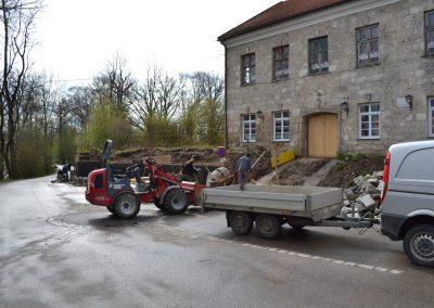 Parkplatz und Stützwand